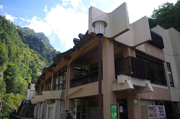 終点の欅平駅外観。2階は食堂になっている。1階にも立ち食いそばなどあり