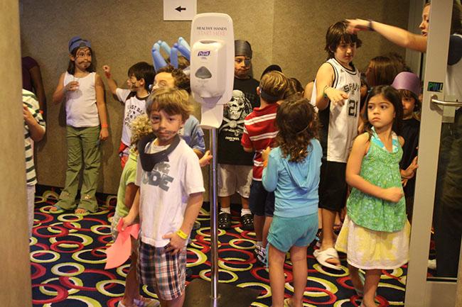カジュアルクルーズのキッズプログラムで遊ぶ子どもたち(撮影=藤原暢子)