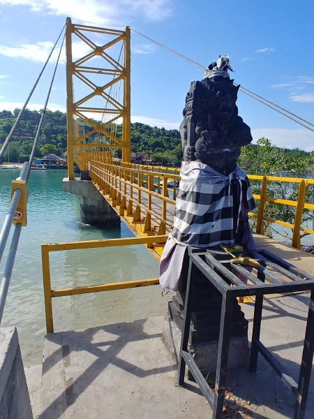 島東西への近道になるイエローブリッジ。橋の下は生活船の船着き場にもなっていて島の生活を垣間見ることができます