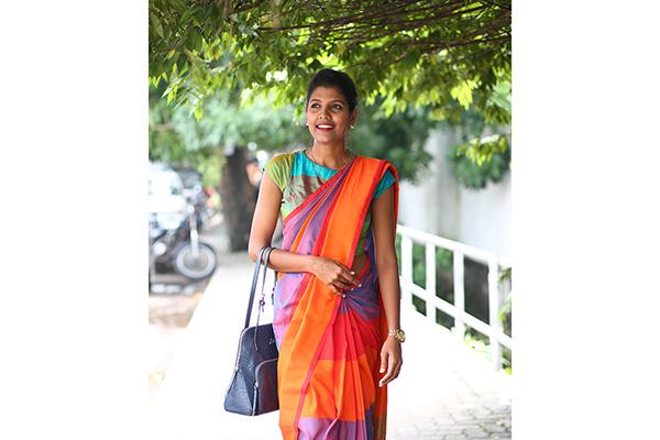 鮮やかな手織りコットンのサリーを着たスリランカ女性