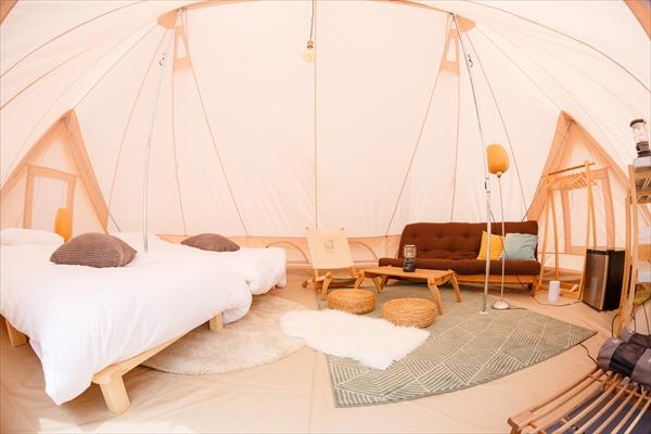デンマークのアウトドアブランド「Nordisk」の本格的なテントが10張設営してある