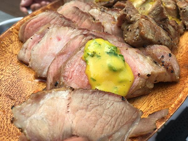豚肉にかけたミントハニーマスタード