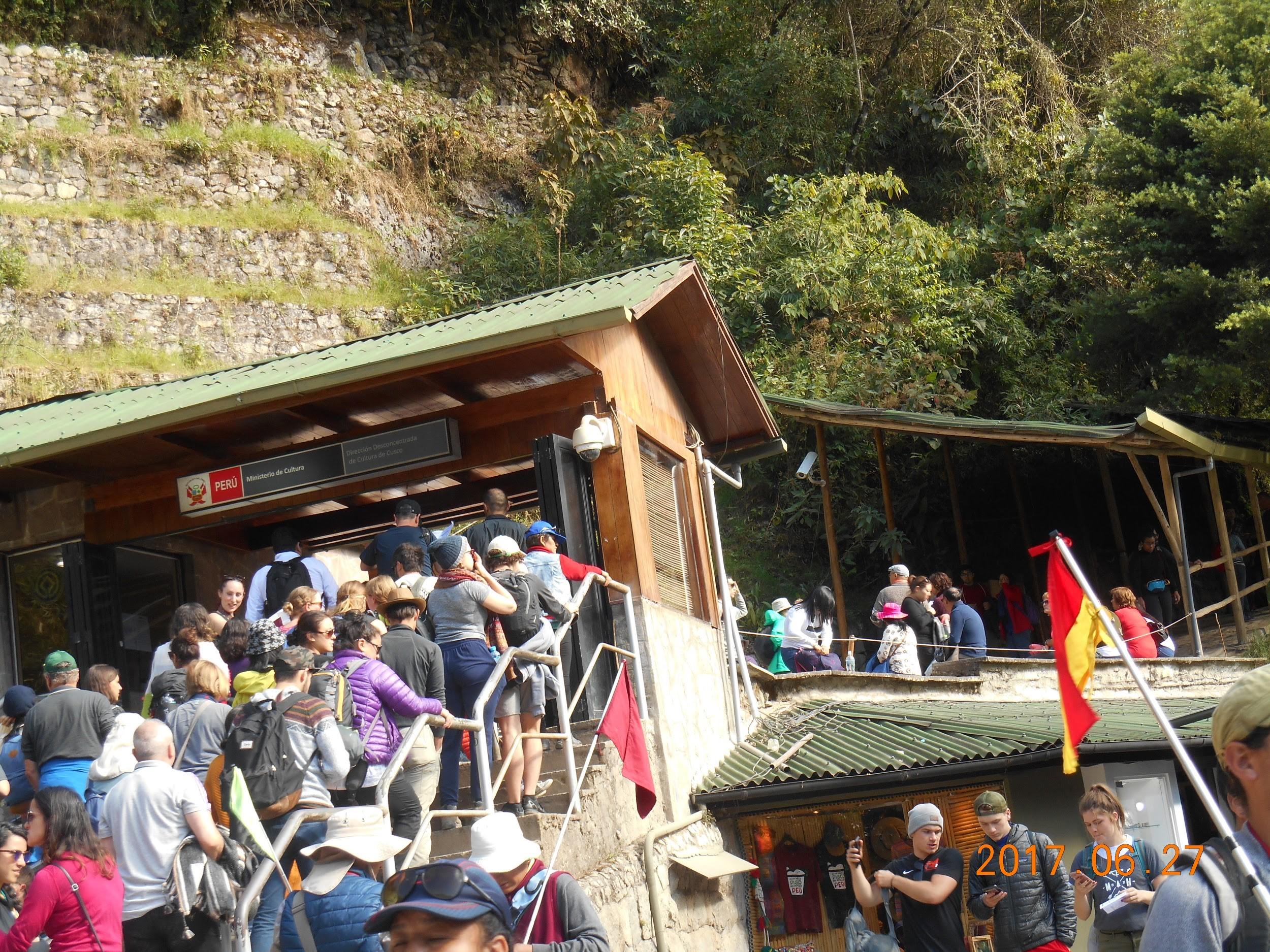 マチュピチュ遺跡への入り口は観光客で混雑