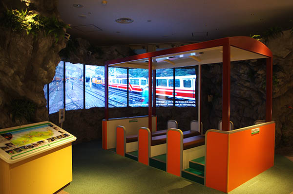 黒部川電気記念館は宇奈月駅を出てすぐ右手側にある
