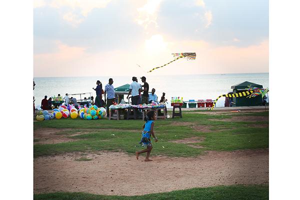 夕暮れ時、凧揚げで遊ぶ姿はスリランカの代名詞