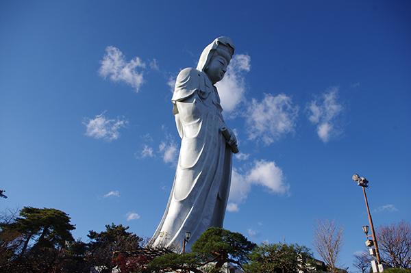 高崎の街を見下ろす慈眼院の高崎白衣大観音