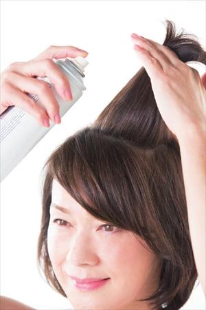 まずは頭頂部の髪の根元に整髪料を一吹き