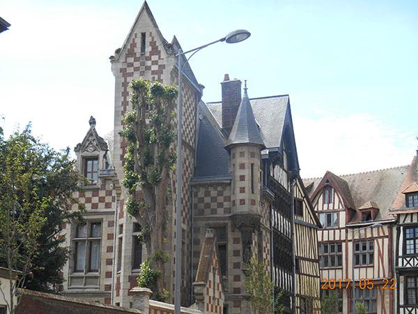 旧市街で見かけた木組みの家