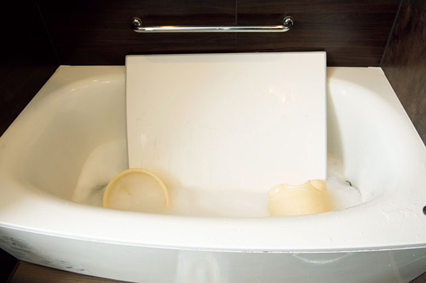 浴槽にオキシウォッシュを入れて汚れを落とす