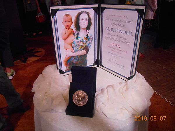 ピースボートに飾られたノーベル平和賞のメタル