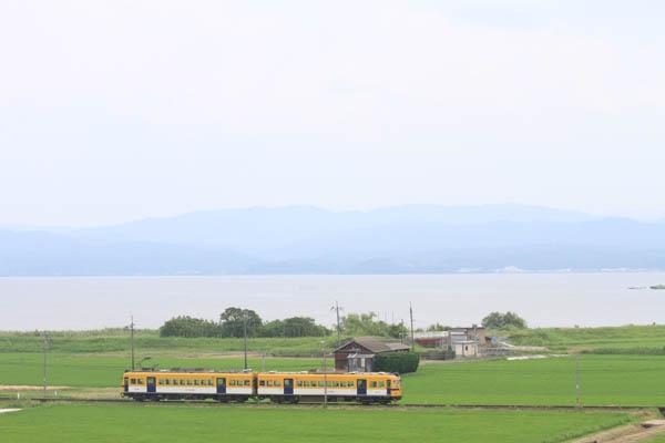 宍道湖をバックに走る一畑電車。