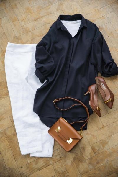 白のパンツは上に引き締め色を着ればスッキリ!