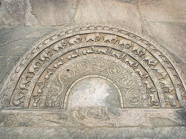 スリランカ建築であるムーンストーン、寺院の入り口や階段の下に造られる