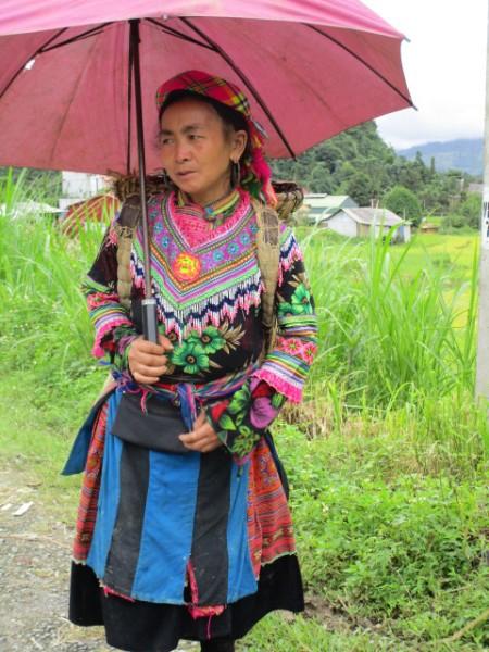モン族民族衣装の婦人