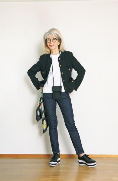 20代の頃から愛用のジャケットと、ユニクロのジーンズ、Tシャツを合わせて。イッセイミヤケの小さなバッグを首からさげて軽快に。