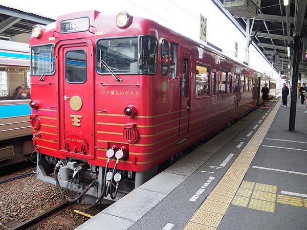 翌朝8時、JR松山駅ホームで待機している伊予灘ものがたり