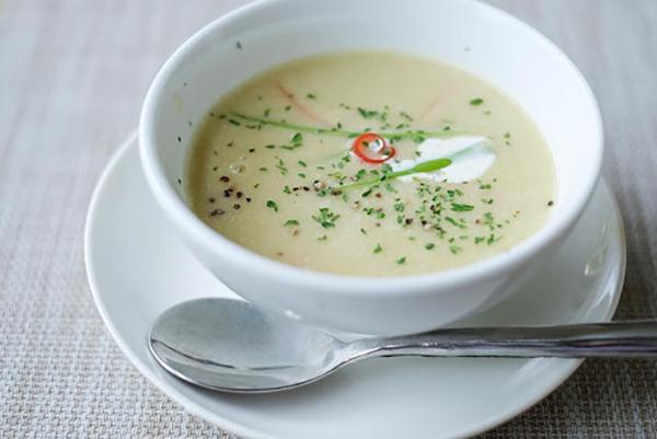 コザ セイロンのランチコースはスープから始まる。13ドル(約1400円)