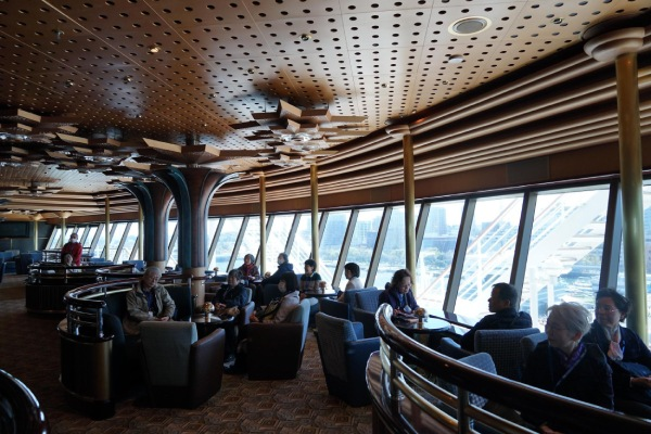 2時間の船内ツアーを終えて、足を休める参加者のみなさん