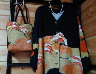 黒留袖で作ったスーツと鞄。鞄の持ち手は帯締めを活用
