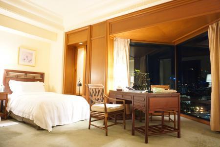 「ザ・ペニンシュラバンコク」の部屋から対岸の夜景を見る