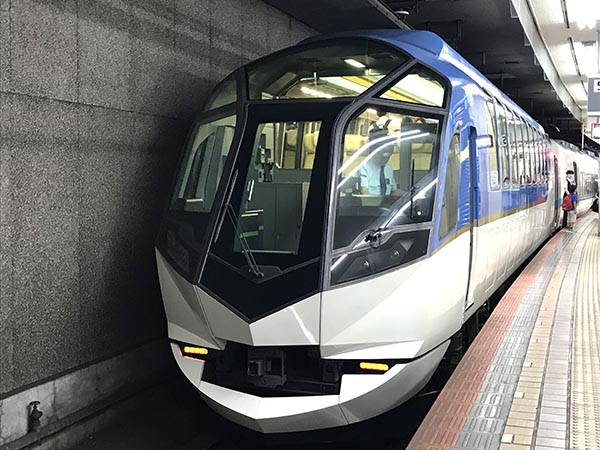 名古屋駅に停車中の近鉄特急「しまかぜ」
