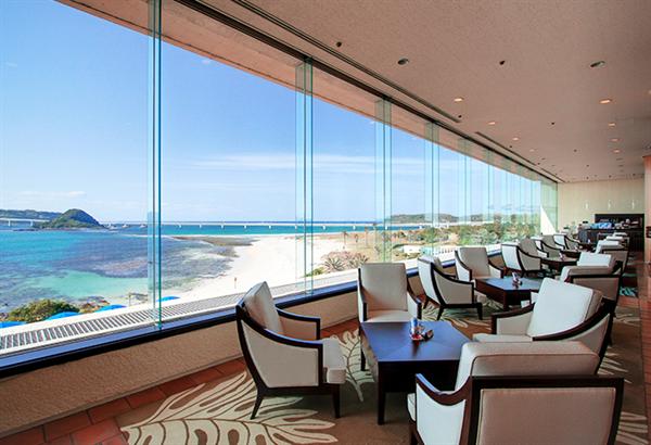 スラリと伸びる角島大橋を眺められるカフェ