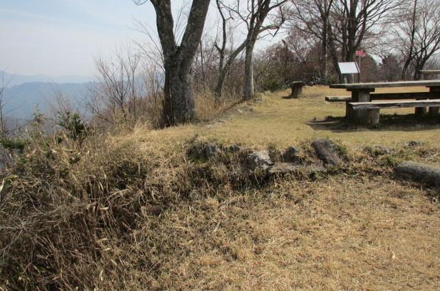 土塁も見受けられる山頂