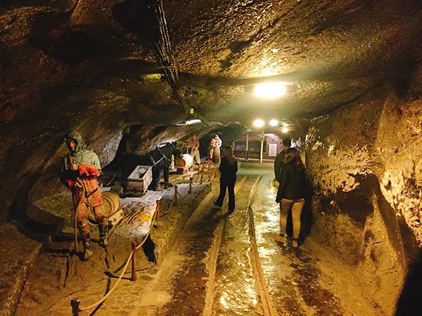 近郊のヴィエリチカ市にある岩塩坑