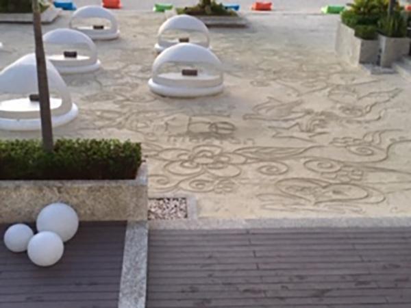砂浜に描かれた線画(毎朝違う絵を1時間かけて一人の青年が描くとそう)