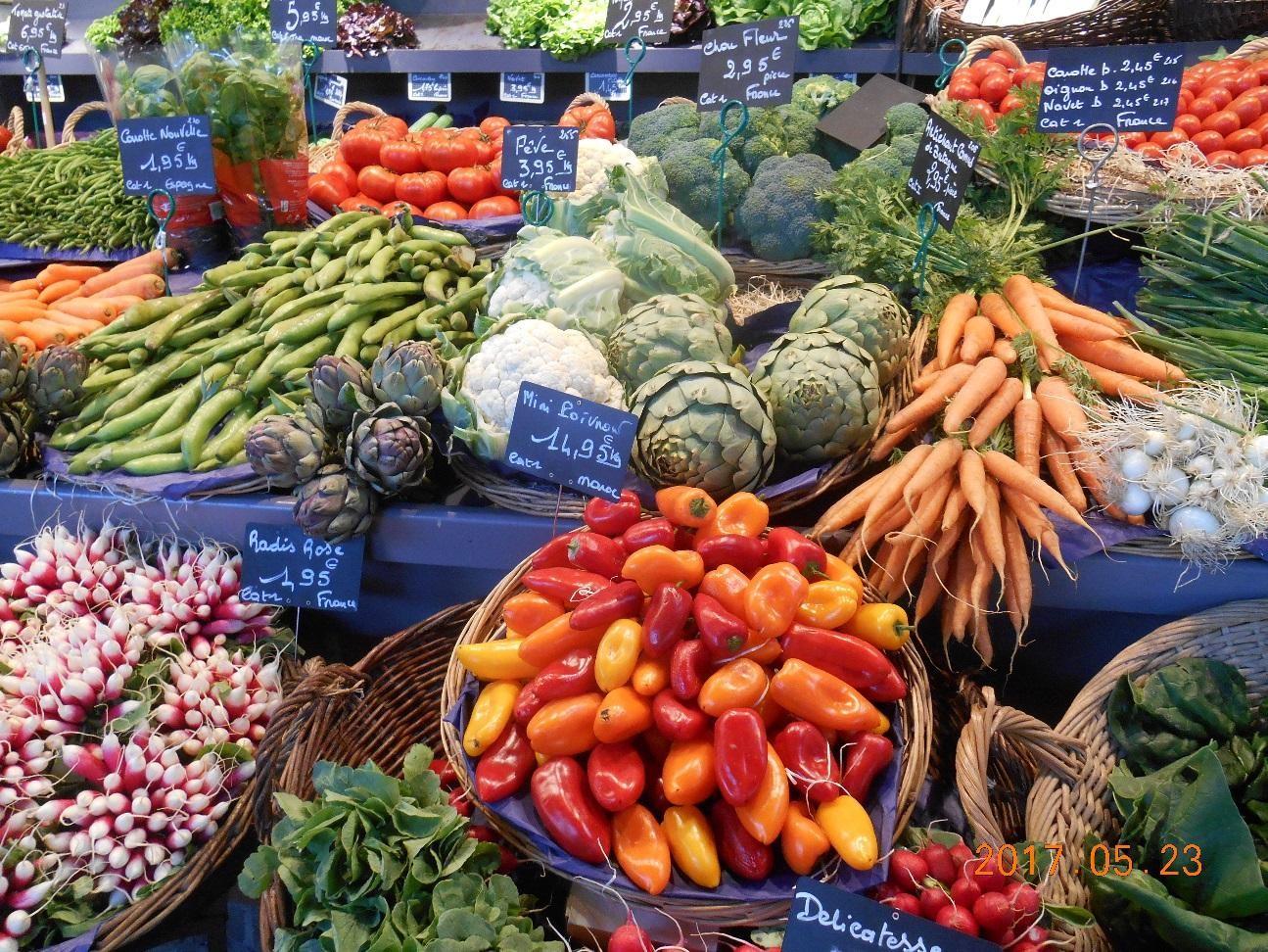 ジャンヌ・ダルク教会近くの青空市場の野菜と果物