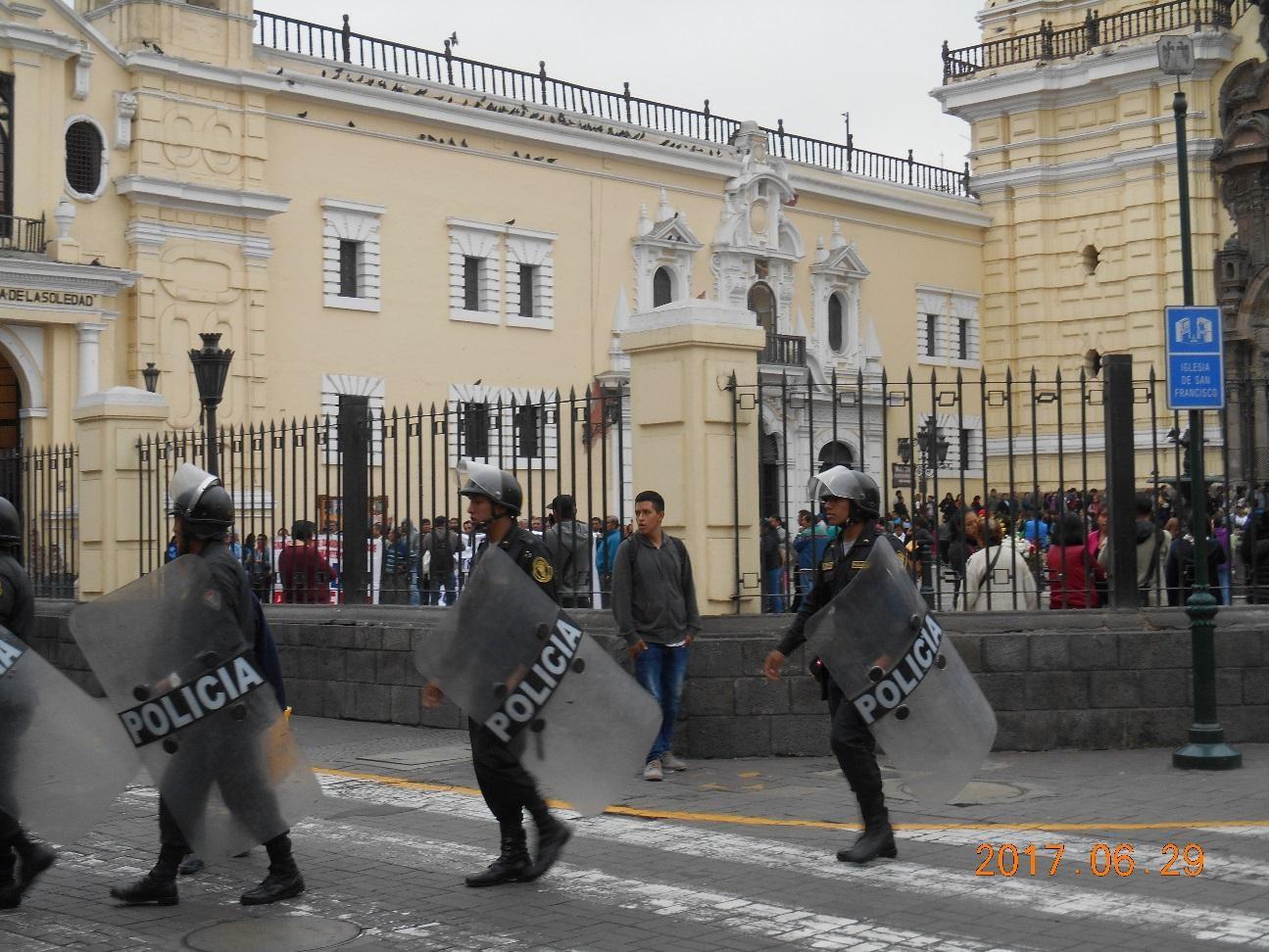 生活苦から教職員のデモが有り、警戒中の警察官と教会