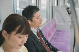 電車に乗ると眠くなりやすいのはなぜ?