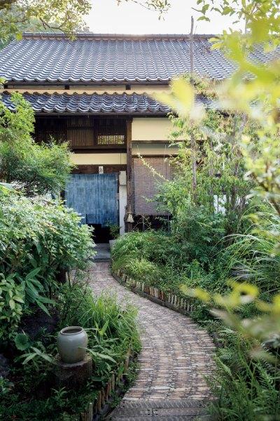 「他郷阿部家」のアプローチ。左/床の間には季節の野の花を生けてお客様を迎える。これも日本の美しい生活文化の一つ。