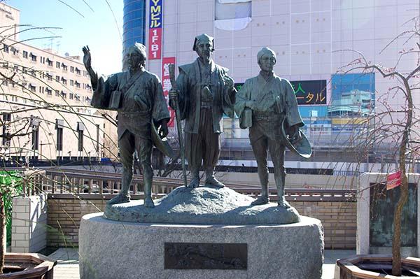 水戸駅北口を出て右手にある水戸黄門・助さん・格さんの銅像