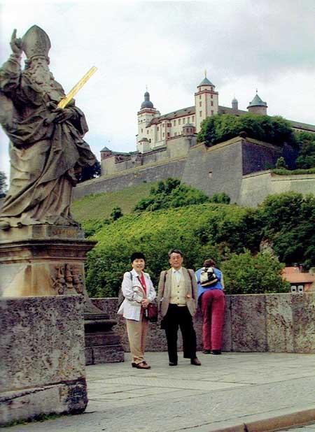 ザウツブルグの城を背景に主人と
