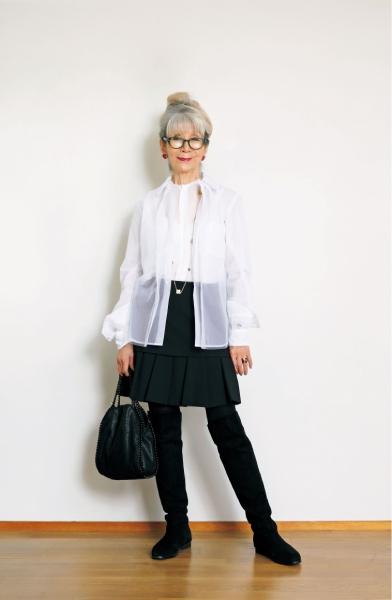 冬のファッションのお気に入りといえば、足さばきが軽やかになるミニスカート。ロングブーツと合わせコートを着れば暖かい。