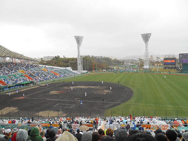 小雨の沖縄セルラー球場