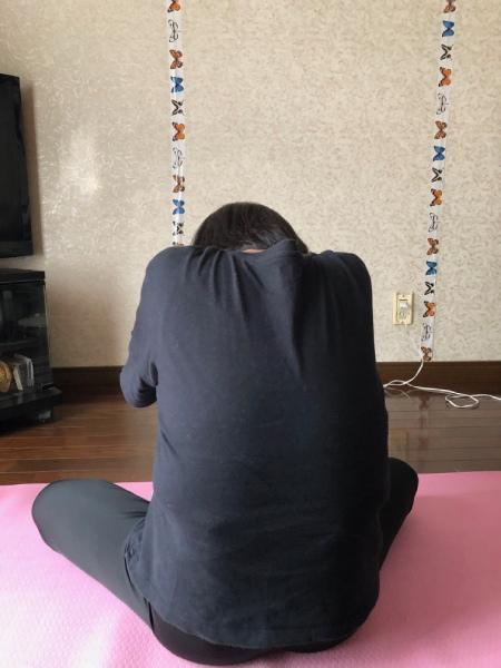 腰を丸めています。痛いときにこの姿勢をとると、少し楽です。