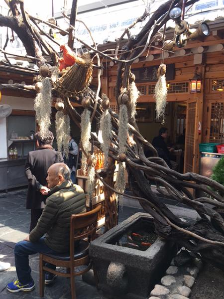 韓屋(ハノク)スタイルを意識した店内は、庭を囲むようにして部屋があり雰囲気も満点です。