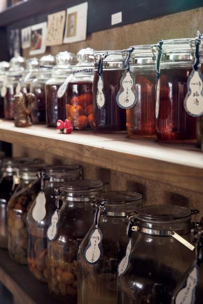 畑で採れた果実は、シロップまたはお酒に漬けて。「飲むより作る方が楽しい」と登美さん。
