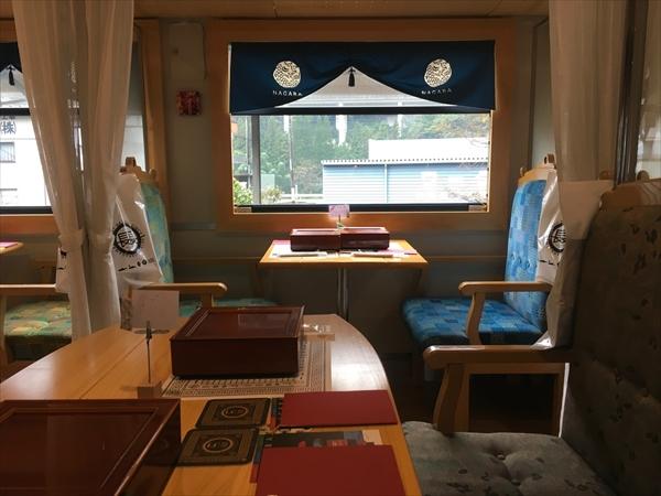 テーブルやイスなど内装には木材が多用され落ち着いた雰囲気に仕上がっている