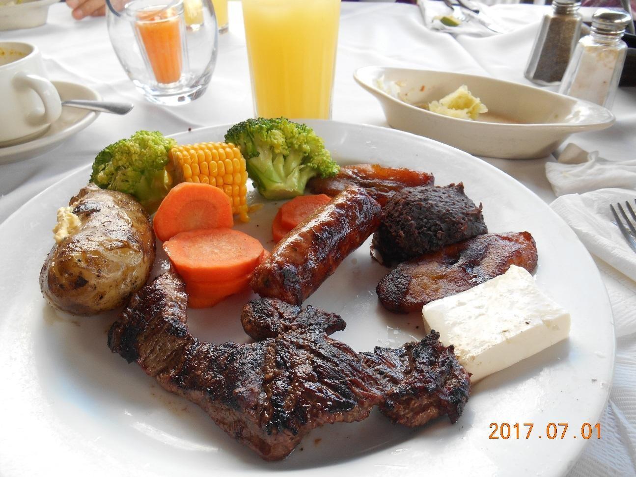 サンサルバドルのレストランの昼食 すごい迫力