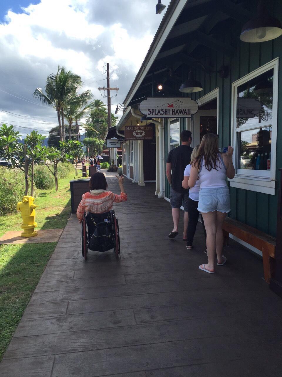 車いすでハワイのハレイワ通りでショッピング