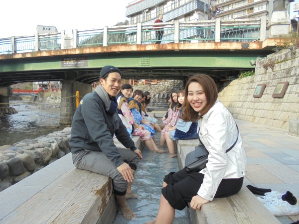 訪れる人を笑顔にする開放感あふれる足湯