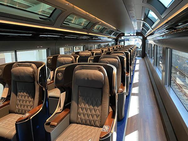 1号車のプレミアムグリーン車は1+1列のゆったりした座席