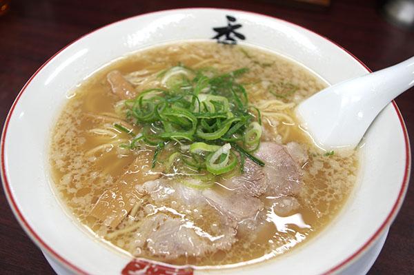 香来 中央市場店。細麺が濃いトンコツスープによくからむ)