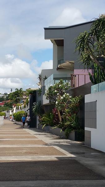 着岸した港から閑静な住宅街を抜け、船着き場へ