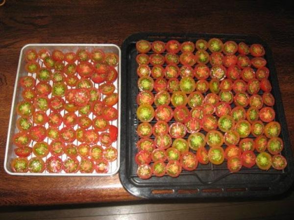 長細いトマトを半分に切ってそのまま干していました