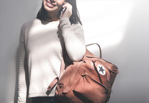 旅行中のバッグ。リュックを肩にかけて前に