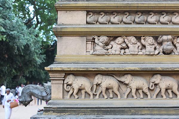 ケラニヤ寺の、寺院を飾るレリーフも見どころ